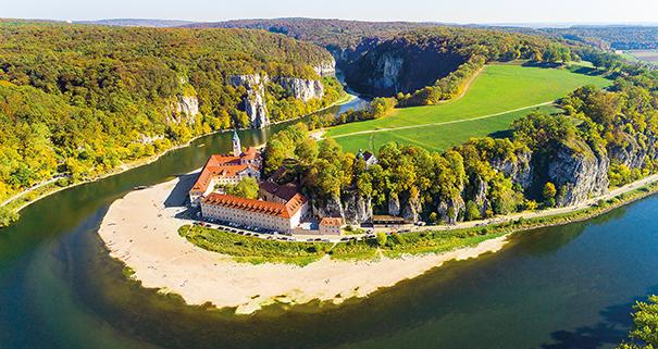 """Der Donaudurchbruch beim Kloster Weltenburg im Naturschutzgebiet """"Weltenburger Enge""""."""